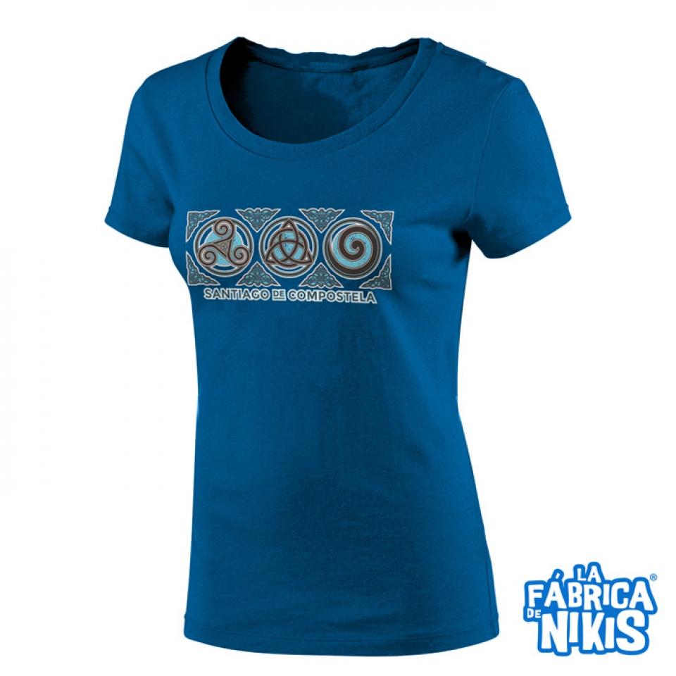 LA FÁBRICA DE NIKIS CHICA - CAMISETAS Camiseta Tres Simbolos Celtas ... 98426c40e368e